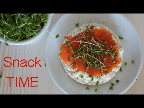 Healthy Protein Snack with rice cake, cottage cheese and smoked salmon (gluten free) [Recipe Diary]