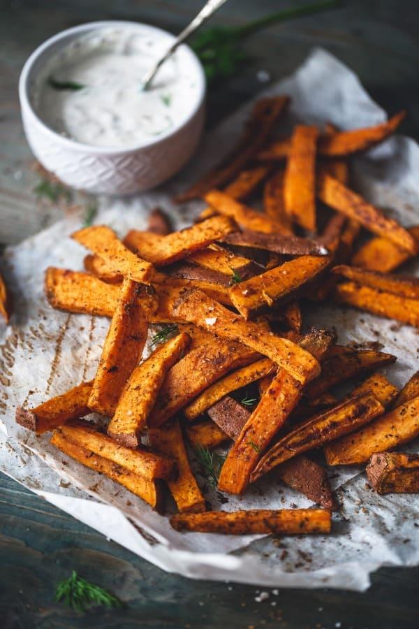 frites de patates douces aux epices cajun et sauce yaourt et aneth picture id1048849496