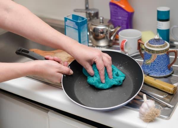 hand-washing-frying-pan